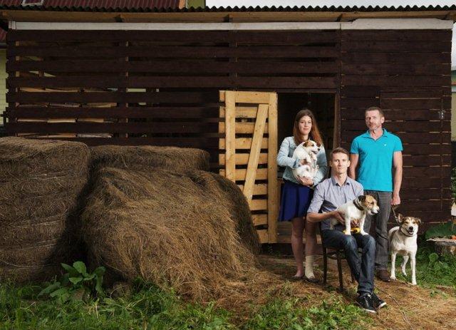 Евгений Харьков - бывший юрист, создал свою компанию Badgers Wood, изготавливающую мебель для собак. Переехал жить и работать в Тверскую область, где у Евгения свой дом, мастерская и небольшое хозяйство.